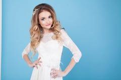 Jeune mariée dans la robe de mariage sur un fond bleu images stock