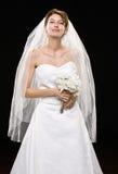 Jeune mariée dans la robe et le voile de mariage Images stock