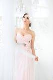 Jeune mariée dans la robe rose Femme recherchant image libre de droits