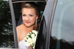 Jeune mariée dans la voiture Photos stock