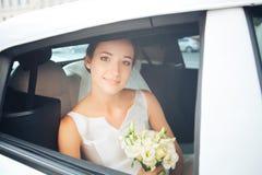 Jeune mariée dans la voiture de mariage photo libre de droits