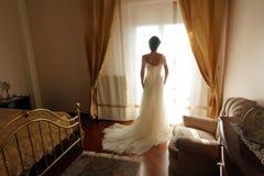 jeune mariée dans le contre-jour photo stock