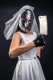 Jeune mariée dans le masque d'hockey avec le fendoir de viande Images libres de droits