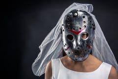 Jeune mariée dans le murederer de publication périodique de masque d'hockey Images libres de droits