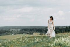 Jeune mariée dans les montagnes Photographie stock