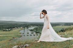 Jeune mariée dans les montagnes Images stock
