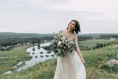 Jeune mariée dans les montagnes Image libre de droits