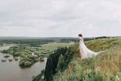 Jeune mariée dans les montagnes Photo stock