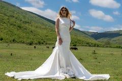 Jeune mariée dans les montagnes Le concept du mode de vie et du mariage Photo stock