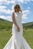 Jeune mariée dans les montagnes Le concept du mode de vie et du mariage Photos stock