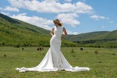 Jeune mariée dans les montagnes Le concept du mode de vie et du mariage Photo libre de droits