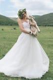 Jeune mariée dans les montagnes Le concept du mode de vie et du mariage Image libre de droits