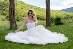 Jeune mariée dans les montagnes Le concept du mode de vie et du mariage Photos libres de droits