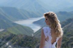 Jeune mariée dans les montagnes Le concept du mode de vie et du mariage Photographie stock