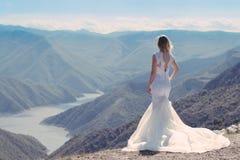 Jeune mariée dans les montagnes Le concept du mode de vie et du mariage Images libres de droits