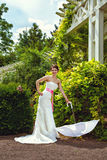 Jeune mariée dans sa robe blanche avec le parapluie Images libres de droits