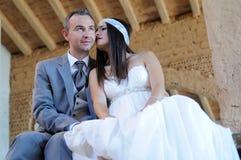 Jeune mariée dans un moment affectueux dans un entrepôt Image libre de droits