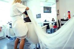 Jeune mariée dans un salon de beauté photos libres de droits