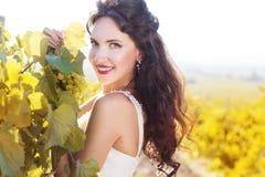 Jeune mariée dans un vignoble, automne Photographie stock