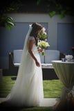 Jeune mariée dans une cour l'épousant Images libres de droits