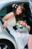 Jeune mariée dans une voiture Images libres de droits