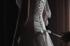 Jeune mariée de aide avec une robe Images stock