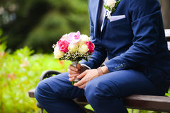 Jeune mariée de attente de marié Images stock