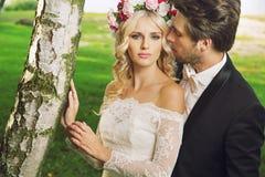 Jeune mariée de attirance avec son mari Photographie stock