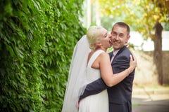 Jeune mariée de baiser de marié de mariage de passion Image stock