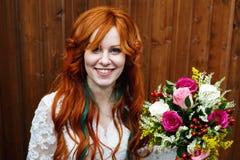 Jeune mariée de Boho avec la pose rouge de cheveux Photographie stock libre de droits