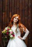 Jeune mariée de Boho avec la pose rouge de cheveux Images stock