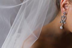 Jeune mariée de boucle d'oreille de femme Images libres de droits