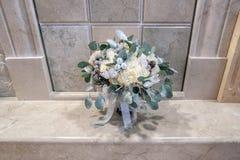 Jeune mariée de bouquet dans le style d'hiver avec des cônes de sapin image stock