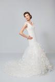 Jeune mariée de brune dans la robe de mariage blanche Photos libres de droits