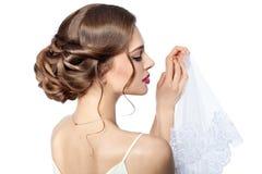 Jeune mariée de coiffure. Photographie stock libre de droits