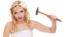 Jeune mariée de femme avec le marteau environ pour heurter la tirelire Photo libre de droits