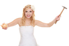 Jeune mariée de femme avec le marteau environ pour heurter la tirelire Photos libres de droits