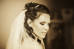 Jeune mariée de femme avec les yeux fermés de profil de voile photographie stock
