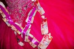 Jeune mariée de framboise avec un groupe de factures sur papier de NIS 200 et 100 Photographie stock libre de droits