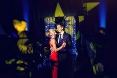 Jeune mariée de luxe élégante dans la danse rouge de robe et de marié dans un restaurant, célébrant le mariage Photo libre de droits