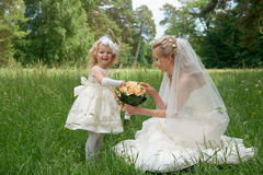 Jeune mariée de maman et sa fille ainsi qu'un bouquet de la jeune mariée Photo stock