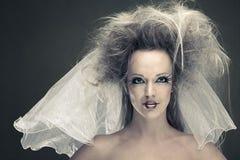 Jeune mariée de mode avec la coiffure Image libre de droits