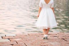 Jeune mariée de nouveau à l'appareil-photo Photos libres de droits