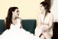 Jeune mariée de portrait avec la demoiselle d'honneur Images stock