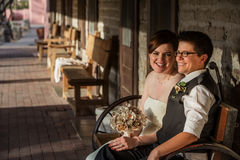 Jeune mariée de sourire avec l'associé Images stock