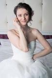 Jeune mariée de sourire heureuse parlant au téléphone Image stock