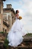 Jeune mariée devant des ruines, dans le profil Photo libre de droits