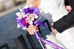 Jeune mariée disponible de bouquet de mariage Le concept du mariage et de l'amour plan rapproché de mariage d'accessoires Image libre de droits