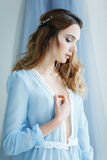 Jeune mariée douce dans une robe bleue Photo libre de droits