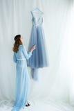 Jeune mariée douce dans une robe bleue Photographie stock libre de droits